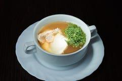 Suppe mit Huhn und dem frischen Grün Lizenzfreie Stockbilder