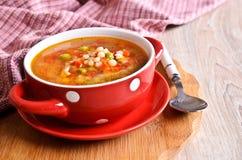 Suppe mit kleinen Teigwaren und Gemüse Stockfoto