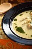Suppe mit Koriander und Artischocke Stockfoto