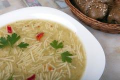 Suppe mit Nudeln in einer Schüssel auf dem Tisch Stockfoto