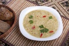 Suppe mit Nudeln in einer Schüssel auf dem Tisch Lizenzfreies Stockfoto