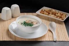 Suppe mit Pilzen, Bambusstoff, weiße Teller, frischer Dill, Pilze Stockfotos