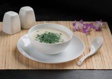 Suppe mit Pilzen, Bambusstoff, weiße Teller, frischer Dill, Pilze Lizenzfreie Stockfotos