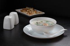 Suppe mit Pilzen, Bambusstoff, weiße Teller, frischer Dill, Pilze Lizenzfreie Stockbilder