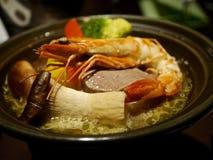 Suppe mit Pilzen, Garnelen und Gemüse Stockfoto