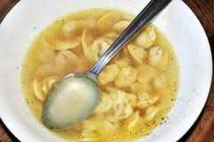Suppe mit schwarzem Pfeffer und Löffel Stockfotos