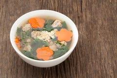 Suppe mit Schweinefleisch und Kürbis auf hölzernem Hintergrund Lizenzfreies Stockfoto