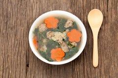 Suppe mit Schweinefleisch und Kürbis auf hölzernem Hintergrund Stockfotos