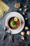 Suppe mit Teigwaren und Gemüse stockfotos