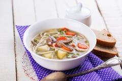 Suppe mit Teigwaren und Gemüse Lizenzfreie Stockbilder