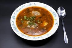 Suppe Shurpa Fleischsuppenrindfleisch mit Pfeffer und Tomate Traditionelle Teller vom Mittlere Osten, Asien Stockfotos