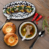 Suppe u. gegrillte Kartoffeln mit Fleisch Lizenzfreies Stockbild