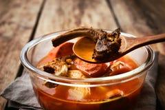 Suppe von den Knochen und vom Gemüse im Glasteller lizenzfreie stockfotografie