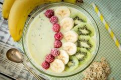 Suppe von der Frucht und von den Beeren mit Hafern und Leinsamen Lizenzfreies Stockfoto