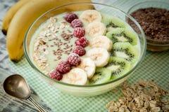 Suppe von der Frucht und von den Beeren mit Hafern und Leinsamen Stockbilder