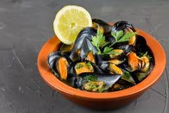Suppe von Miesmuscheln im italienischem, Italienerabendessen, mit Knoblauch und Petersilie, Nahaufnahme lizenzfreie stockbilder