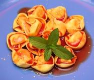Suppe von Tomaten mit Tortellini Stockfotos