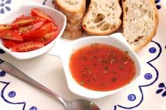 Suppe von Tomaten und von Basilikum stockfotos
