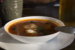 Suppen-Solyanka-Bar auf der Küste, ein Glas Bier und Tischbesteck Stockfoto