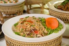 Suppennudelsalat mit Schweinefleisch, thailändisches Lebensmittel Stockbilder