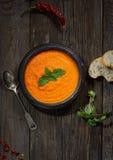 Suppenpüree der Karotte, Pfeffer, Grüns, Weinleselöffel auf einem hölzernen Hintergrund, Draufsicht Lizenzfreie Stockfotografie