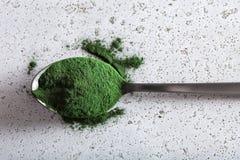Supplément diététique sain de poudre de Spirulina Photos stock