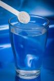 Supplément ou vitamine et eau Images libres de droits