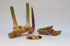 Suppléments de fines herbes de médecine de santé de capsule de safran des indes de gingembre Photographie stock libre de droits