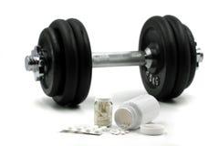 Suppléments de sports pour le bodybuilding avec l'haltère sur le fond d'isolement sur le blanc photographie stock libre de droits