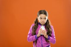 Suppléments de vitamine de prise Formule de multivitamin complet et d'enfants minéraux Bouteille de médecines de prise de fille v photos stock
