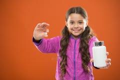 Suppléments de vitamine de prise Mangez l'alimentation saine Le corps nutritif d'aide de régime soit sain Longs pilule et plastiq images stock