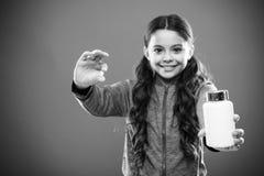 Suppléments de vitamine de prise Mangez l'alimentation saine Le corps nutritif d'aide de régime soit sain Longs pilule et plastiq photo libre de droits