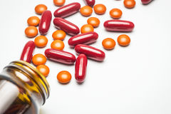 Supplementair voedsel, vitamine, geneeskunde, oranje pillen Stock Foto's