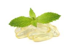 Supplementcapsules met verse muntbladeren Royalty-vrije Stock Foto
