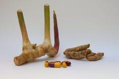 Supplementi di erbe della medicina di salute della capsula della curcuma dello zenzero Fotografia Stock Libera da Diritti