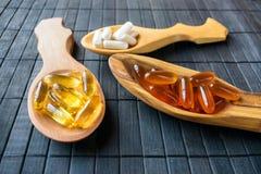 Supplementi nutrizionali e vitamine per il cervello in tre s di legno Immagine Stock