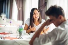 Supplica disperata della donna Problemi emozionali Edizioni di relazione Rottura su Confessione, dicente verità Femmina arrabbiat fotografia stock