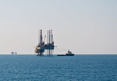 Supply vessel and oil rig Royalty Free Stock Photos