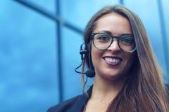 Support à la clientèle représentatif de communication de jeune femme d'affaires de casque Photo stock