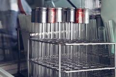 Support avec de vieux tubes de laboratoire Photos stock