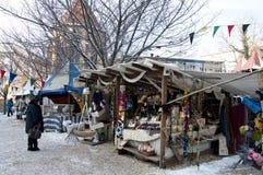 Support avec des textiles sur le marché médiéval Photos stock
