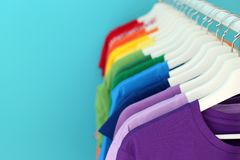 Support avec des vêtements d'arc-en-ciel sur le fond de couleur Images stock