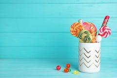 Support avec différentes sucreries savoureuses sur la table de couleur image libre de droits