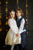Support avec du charme de deux enfants ayant joint des mains Photo libre de droits