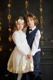 Support avec du charme de deux enfants ayant joint des mains Photos libres de droits