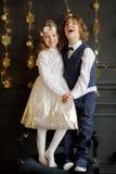 Support avec du charme de deux enfants ayant joint des mains Images stock