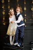 Support avec du charme de deux enfants ayant joint des mains Images libres de droits