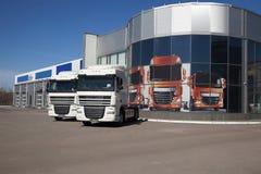 Support blanc de camions dans la ligne Photographie stock libre de droits