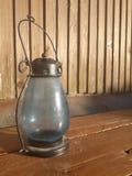 Support bleu de lanterne sur le banc photos stock