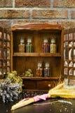 Support d'épice de vintage ou meuble de rangement en bois et six bottl en verre photographie stock